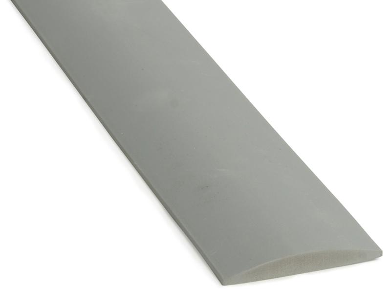 Tröskel av gummi eller aluminium kombineras med list för tätning